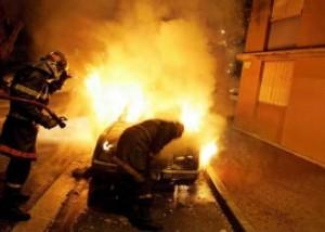 voiture-brulee-300x214 1 147 véhicules brûlés : une hausse de 30% - Sarko a LA solution